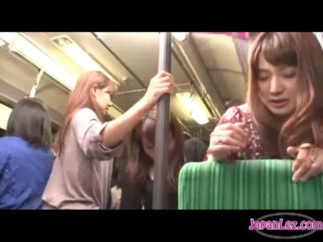 バスにて、奥様の痴漢無料熟女動画。買い物帰りのノンケな人妻をバス車内で...